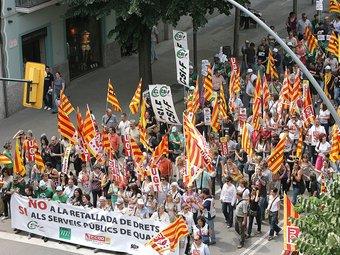 La manifestació va recórrer el centre de la ciutat de Girona, enmig d'un ambient reivindicatiu però sense incidències.  MANEL LLADÓ