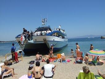 L'arribada a l'Escala, que normalment es farà al port però que en la inauguració es va fer a la plajta.  m.v.