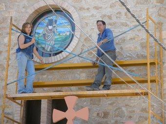 L'artista espluguina M. Carme Pàmies participa a l'església d'Ollers en la instal·lació del rosetó realitzat per ella mateixa.