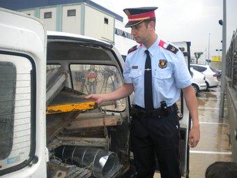 El sergent dels Mossos Eduard Guillot, mostrant ahir la furgoneta plena de material d'obra robat que va ser interceptada dimecres a la matinada.