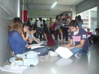 Un grup d'alumnes repassant els apunts abans d'entrar al segon examen ahir a Reus.  N.S