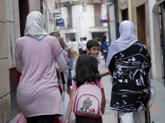 Dones amb vel passejant pel carrer EL PUNT