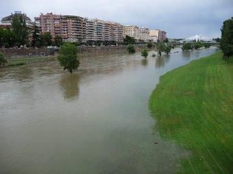 El riu Segre al seu pas per la ciutat de Lleida, ahir a la tarda.  D.M
