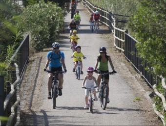 Ciclistes passejant per una vida verda, en una imatge d'axiu T. VAN DER MEULEN