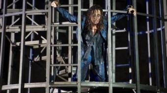 Carme Elias, interpretant el paper de Prometeu, en l'estrena.  JOSEP AZNAR