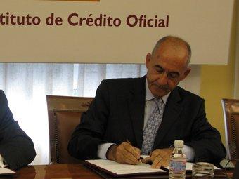 El president de l'ICO, José María Ayala, firmant el conveni sobre crèdit directe.