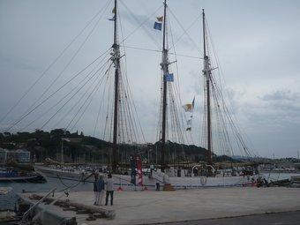 El pailebot amarrat a la punta del port on es va poder visitar la tarda d'ahir.  E. FERRAN