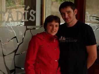 En Marc i la Cèlia a la porta del restaurant a Vilafranca.  C.M