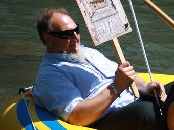 Labró –a l'esquerra–, a la baixada en barca de l'any passat. ARNAU URGELL / ELRIPOLLÈS.INFO