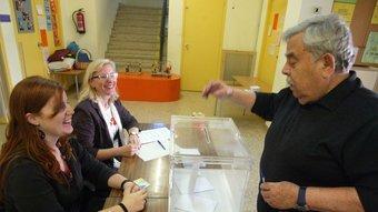 Un dels veïns de Mataró que han votat presencialment en la consulta sobre la independència. QUIM PUIG