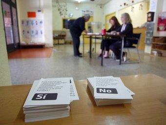 Paperetes de vot a l'escola Joan Coromines de Mataró. QUIM PUIG