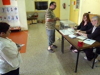 Un ciutadà exerceix el seu dret al vot. QUIM PUIG