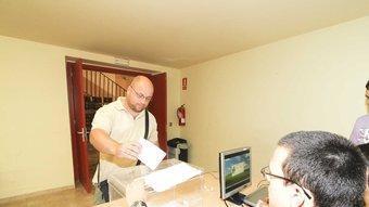 Un votant diposita el vot a la mesa electoral d'Alcover.  D.B