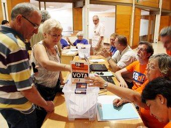 Votants en la consulta a Sant Feliu de Llobregat. ANDREU PUIG