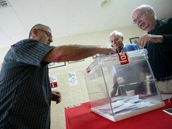 Un veí de Mataró votant diumenge a la mesa de la Riera de Mataró./  QUIM PUIG