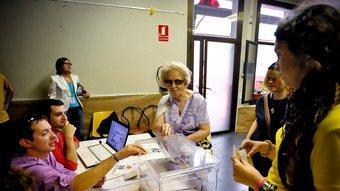 Veïns de Sant Feliu de Llobregat votant en la consulta sobre la independència. ACN