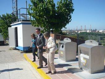 Els responsables de Repsol i de Medi Ambient, ahir a l'estació de mesura de Puigdelfí, amb el polígon al fons.  Ò.P.J