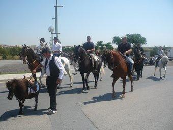 Un centenar de genets amb cavalls i una trentena de carruatges van recórrer ahir els carrers de la Canonja.