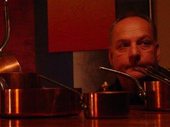 Florian Porsche envoltat de cassoles a la cuina de Cal Ruget.  EL PUNT