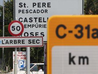 La senyalització de la nova C-31 desvia els cotxes que van a Roses i Castelló per Sant Pere i l'Armentera.  LLUÍS SERRAT