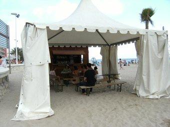 Instal·lació de la biblioteca de platja a l'Arenal-Bol. /  CEDIDA