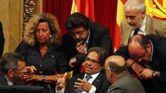 Els membres de l'anterior mesa del Parlament,  discutint un incident en una votació durant un ple recent  ACN