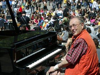 Carles Santos durant una actuació al centre de Barcelona amb motiu del dia mundial de la dansa.  ANDREU PUIG