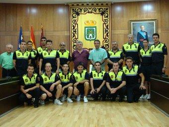 Els nous policies interins al saló de sessions de l'Ajuntament amb l'alcalde. /  CEDIDA