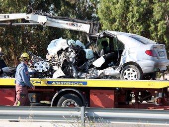 Estat en què va quedar el cotxe, ahir a Deltebre./  ACN