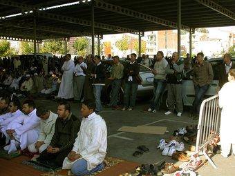Musulmans durant una festa de celebració del ramadà a Lleida.  LAURA CORTÉS / ACN