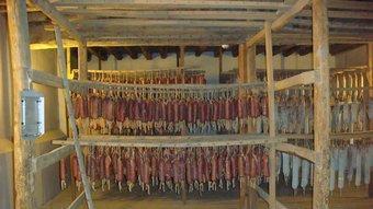 Desenes de llonganisses de Vic en un centre especialitzat en l'assecatge de l'embotit a la comarca d'Osona.  ARXIU