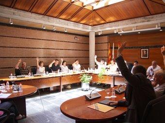Els dos regidors del PP es van quedar ahir sols en la moció contra la sentència de l'Estatut pactada per la resta de grups.