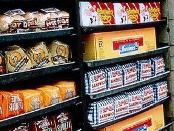 Un distribuïdor de Bimbo descarrega els productes de la marca. ARXIU