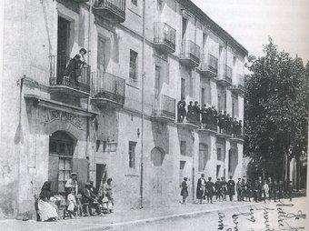 L'edifici de la Unió Jonquerenca, al carrer Major de la Jonquera,  a principis de segle passat. EL PUNT