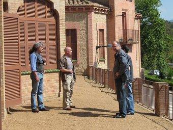Els tres artistes, a una de les terrasses on tindran lloc alguns dels actes paral·lels a la mostra de l'Asil Gomis. E. TUBERT