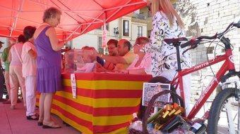 A Puigcerdà, van sortejar una bicicleta de muntanya i una panera entre els votants. J.C