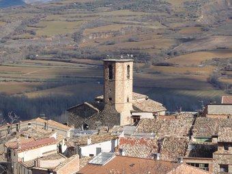 El poble de Guàrdia de Noguera, amb turons de la serra del Montsec al seu davant. D.M