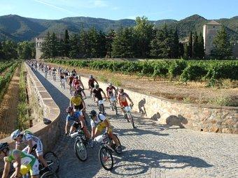 Els ciclistes, sortint del monestir de Poblet Toni Morlans