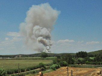 La fumarada de l'incendi que crema a Vilopriu