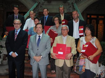 El delegat del Govern, Joan Rangel (segon per l'esquerra), ahir amb els alcaldes que van recollir els documents. DELEGACIÓ DEL GOVERN