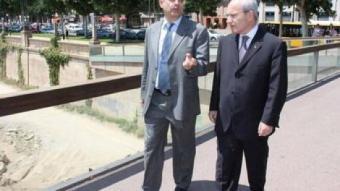 Joaquim Llena passejant per Lleida acompanyant el president José Montilla. ARXIU