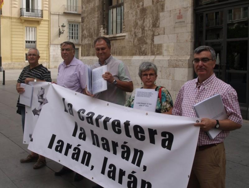 Acte d'entrega de les signatures a la Generalitat per part dels representants de les associacions convocants. ESCORCOLL