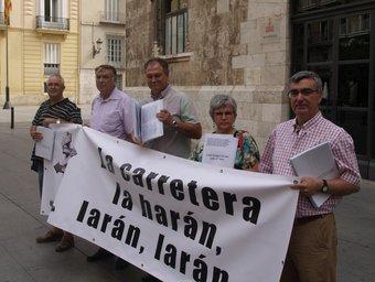 Els representants ciutadans i els alcaldes, presenten les signatures. ESCOCOLL