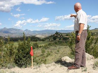 L'alcalde de Castell de Mur ensenyant el traçat de les estaques que han aparegut ACN / M.L