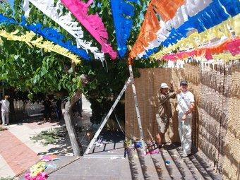 L'envelat construït ahir amb canyís i savina , com els que fa dècades omplien les places dels pobles amb motiu de la festa major. La Palma d'Ebre s'ambienta avui com en una festa dels anys seixanta. EL PUNT