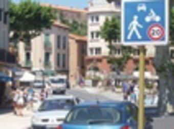 Al centre històric hi conviuen cotxes, vianants i ciclistes. AJUNTAMENT DE COTLLIURE