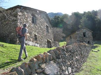 El Cortal de Cal Ferrer, amb la construcció que els pagesos feien servir per aixoplugar-se, a la dreta.  M.À.M