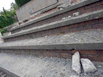 Alguns dels desperfectes a les escales del Puig d'en Colomer causades pel vehicle. R. E