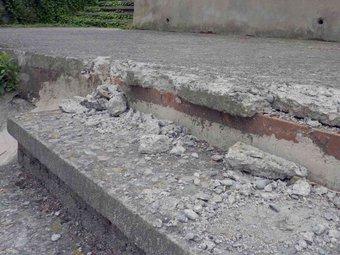 Detall de l'estat en què van quedar les escales del Puig d'en Colomer. R. E