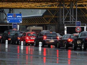 Els controls policials continuaven creant ahir cues a l'autopista, en el punt on encara es mantenen les antigues cabines frontereres. LLUÍS SERRAT